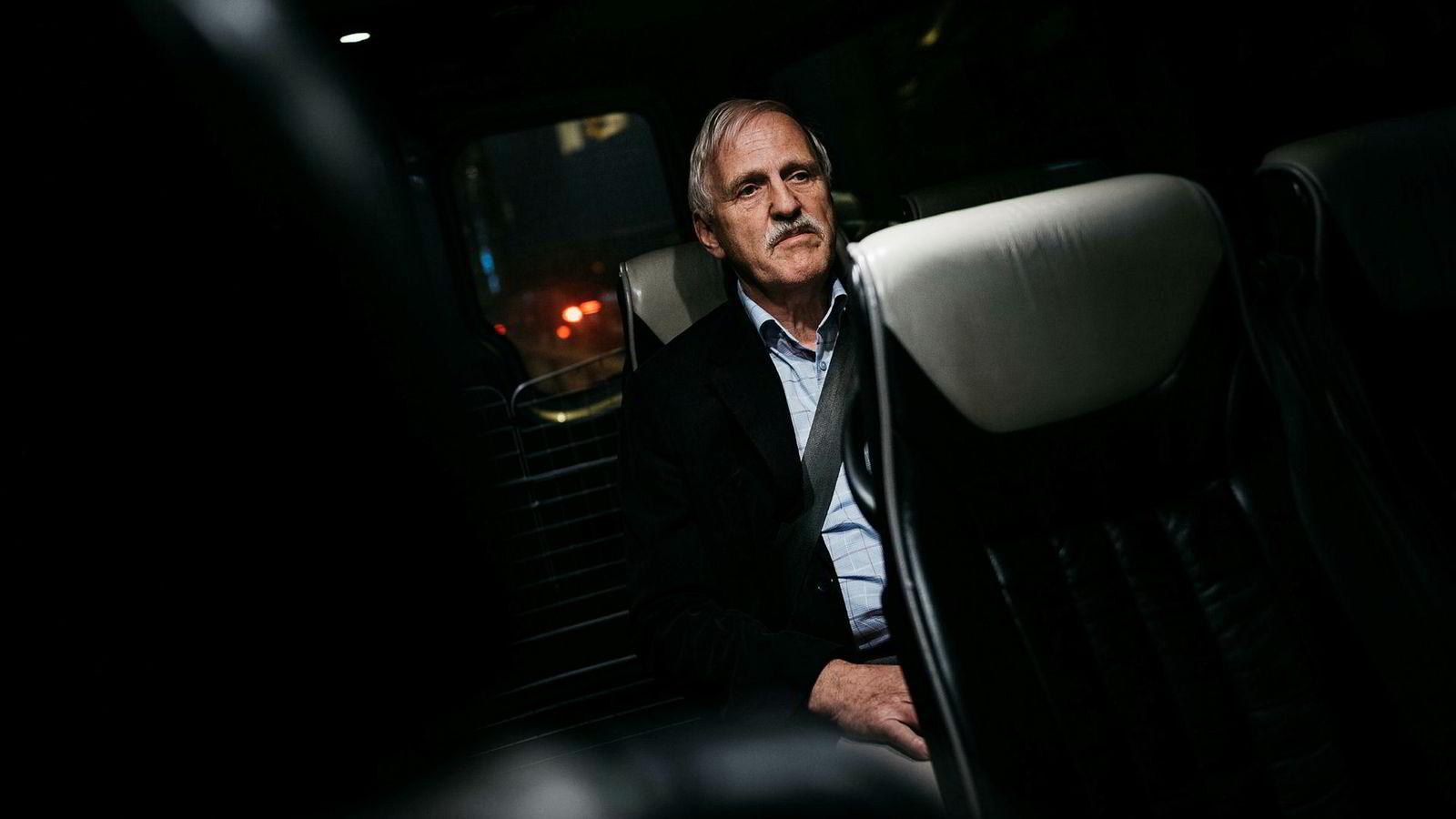 Arne Bernhard Larsen er sjef i Skagen 44, oljeselskapet konkurstruede Einar Aas er største eier i. Fredag tok Larsen taxi fra Sola etter en tur utenlands.