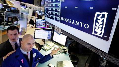 Tyske Bayer vil kjøpe den amerikanske rivalen Monsanto. Her er John McNierney (til venstre) og Philip Finale som håndterer Monsanto på New York-børsen. Foto: Richard Drew/AP/NTB Scanpix