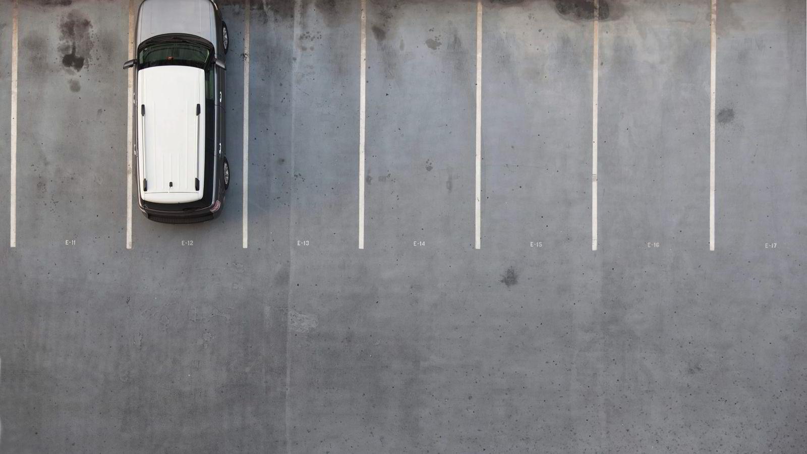 Å finne parkeringsplass på jobben mandag morgen blir stadig enklere. Mindre fokus på jobb og mer fokus på fritid gir lavere produktivitet, skriver artikkelforfatteren.