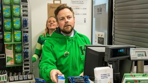 Næringsminister Torbjørn Røe Isaksen, her bak kassen sammen med butikksjef Kathrine Madsen i Kiwi i Hovinveien i Oslo