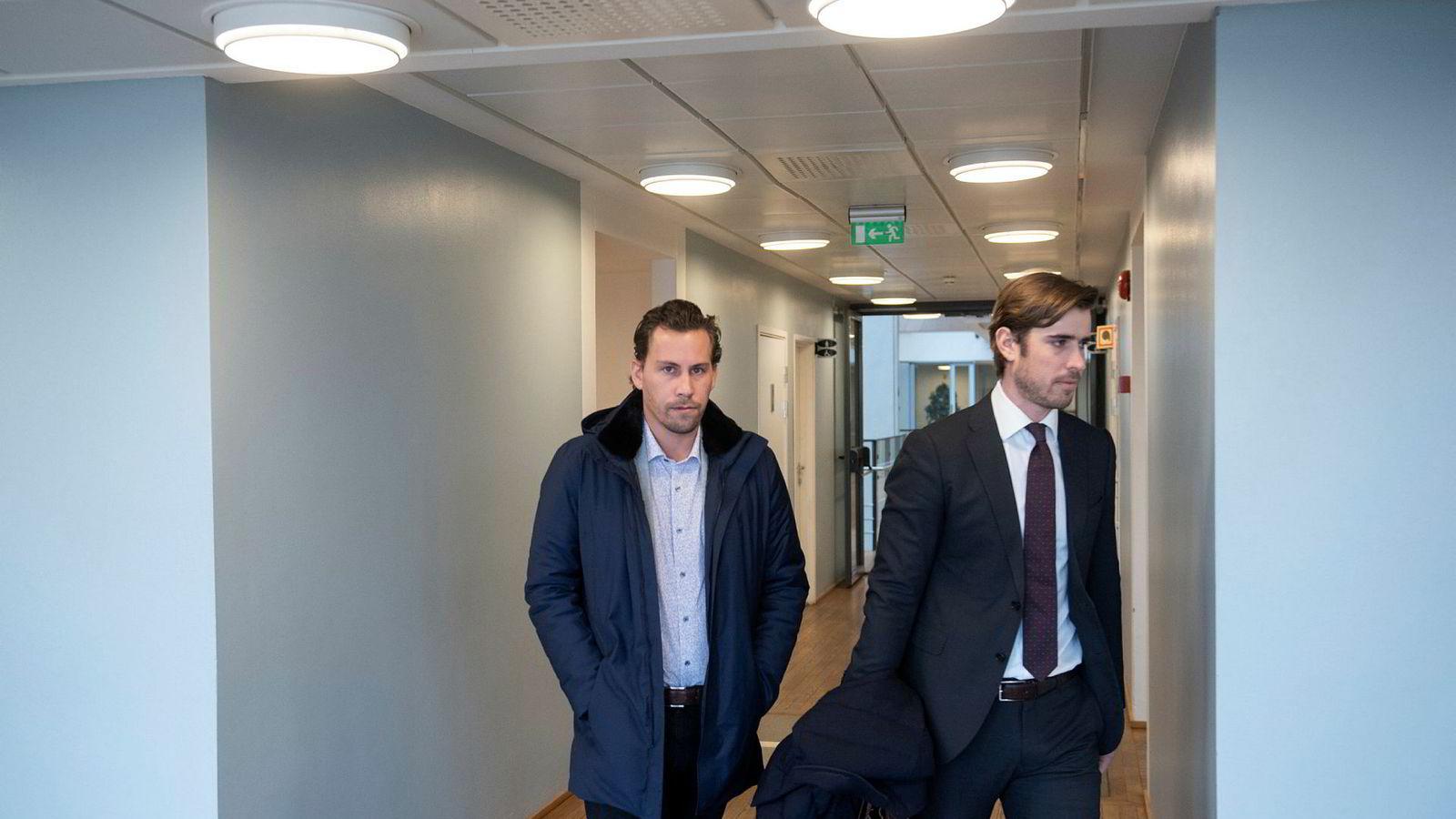 Rune Johannessen Ness (til venstre) sa han vil gjøre opp gjelden til Monobank da han møtte i retten i forbindelse med konkursbegjæring fra banken. Her sammen med sin advokat Alexander Greaker.