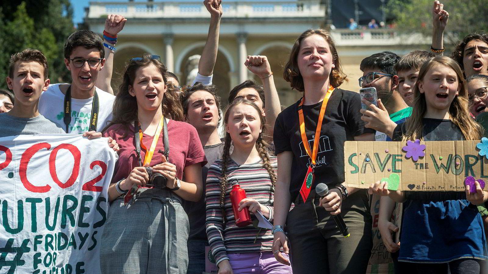 I land etter land har ungdom fulgt Greta Thunbergs eksempel og gått til skolestreik for klimaet. Her fra Roma i april da Thunberg deltok i en demonstrasjon.