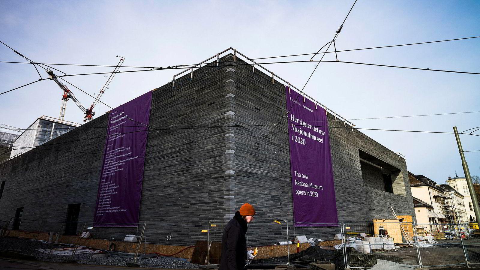 Arkitekt Klaus Schuwerk har de siste årene tegnet Nasjonalmuseet. Nå er han bekymret for hvordan det skal se ut. Nasjonalmuseet vil nemlig skilte fasaden med skilt Schuwerk ikke liker. De vil også ha fem meter brede skjermer i foajeen.