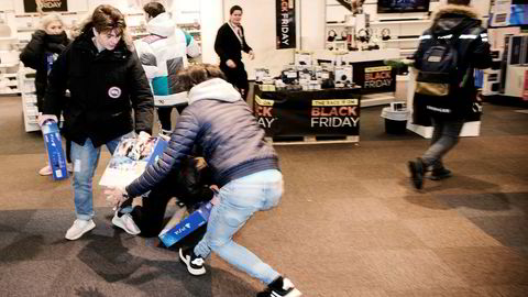 2Klokken 07.00 fredag startet kampen om ti stykk Playstation til 999 kroner hos Power på Sørlandssenteret i Kristiansand. Mange hadde stått i kø gjennom hele natten for å komme først. Foto: Tomm Wilgaard Christiansen