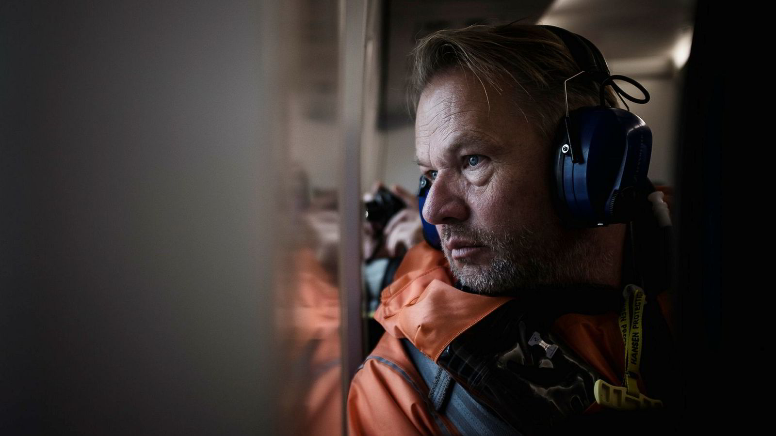 Administrerende direktør i Hitecvision Ole Ertvaag er offshore for første gang. Her sitter han i helikopteret og kikker ned på Ringhorne. Hitecvision tar over tre felter fra Exxon Mobil og drøyt 300 av selskapets ansatte.