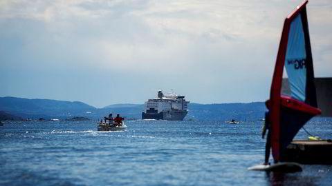 Fremskrittspartiet vil ha en slutt på at båter på sjøen må betale like mye i veiavgift som biler på veien. Bildet viser en solfylt dag på Oslofjorden.