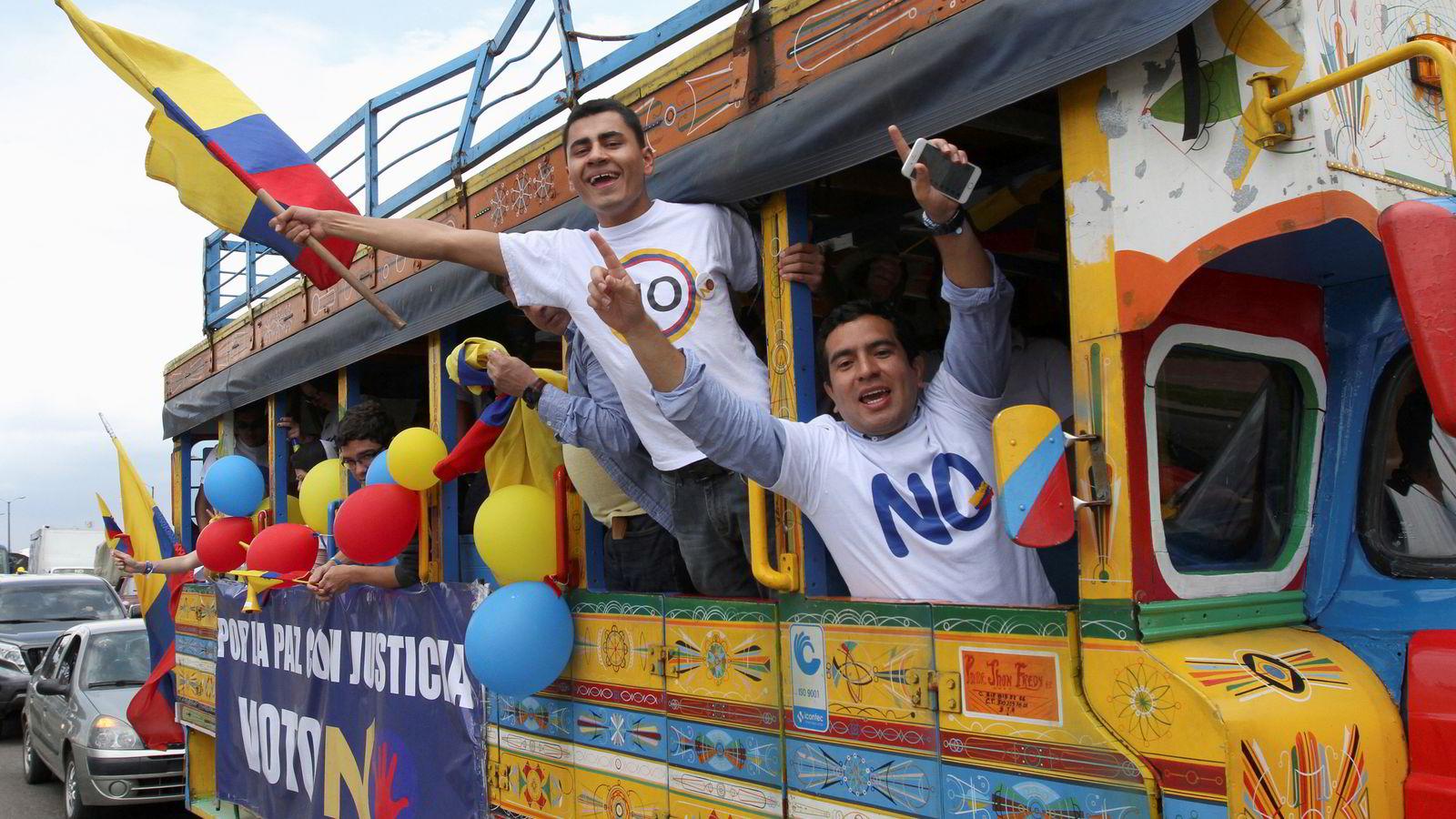 Søndag skal colombianerne stemme over den historiske fredsavtalen som kan ende landets borgerkrig. Bildet er fra en nei-demonstrasjon i Bogota lørdag. Foto: Reuters / NTB scanpix