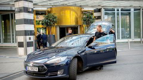 Utenlandske servicearbeidere blir hentet på Oslo Plaza tidlig om morgenen og kjørt til Tesla-verkstedene.