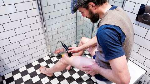 Henrik Alpers viser hvordan man får glatte sykkelbein. Første trinn er å få av «pelsen» med en elektrisk hårtrimmer. Foto: Gunnar Lier