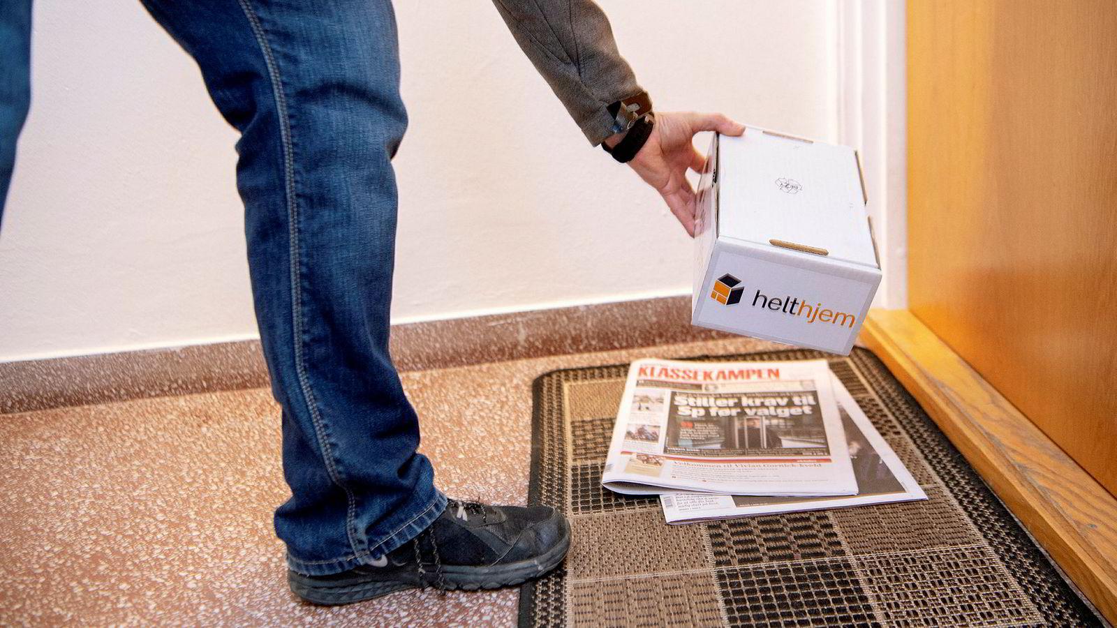 Distributør Freddy Karlsen leverer pakke helt hjem til kjøperen. Selskapet Helthjem kan hente pakker fra nettbutikkenes lagre før klokken 21 om kvelden og levere dem klokken 07.00 neste morgen i Sør-Norge.