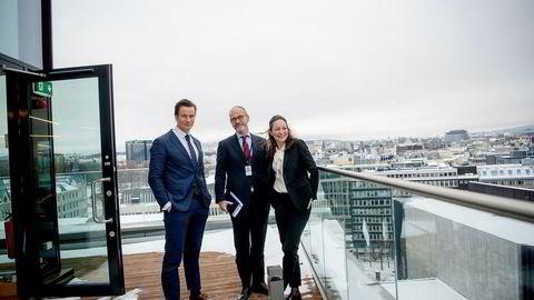 Wikborg Rein-toppene Geir Sviggum (fra venstre), Finn Bjørnstad og Ingrid K. Høstmælingen er stolte over advokatfirmaets milliardmilepæl.