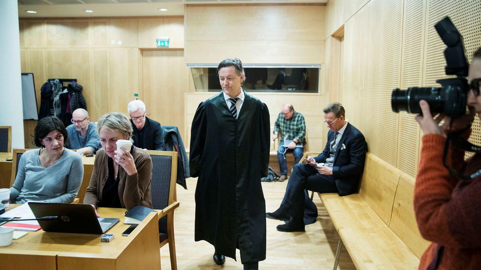 Advokat Kjetil Edvardsen, som representerer saksøkerne i saken mot Aleris, beskyldte i sin innledning Aleris for grov arbeidskriminalitet gjennom sin utstrakte bruk av selvstendig næringsdrivende konsulenter fremfor fast ansatte.