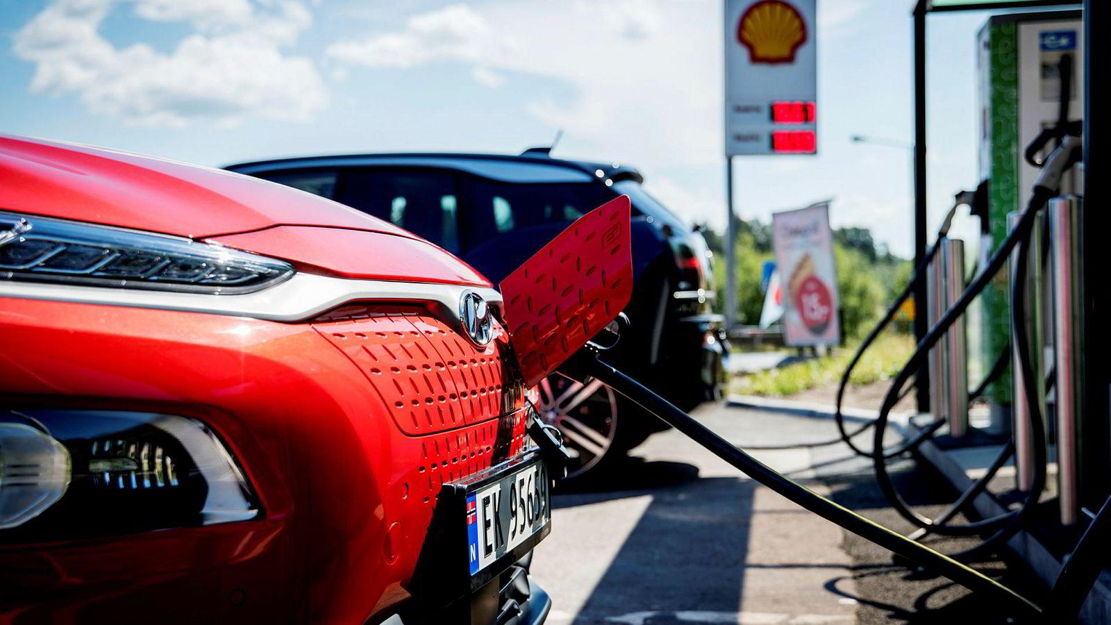 Naf hevder norske bilimportører gjør en for dårlig jobb med å skaffe flere elbiler til landet. Her lades en av Norges mest populære elbiler, Hyundai Kona Electric.
