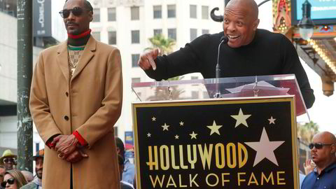 Rapperlegenden og musikkprodusenten Dr. Dre (til høyre) introduserer rapperkollega Snoop Dogg som får sin egen stjerne på Hollywood Walk of Fame i Los Angeles. Bildet er fra november i fjor.