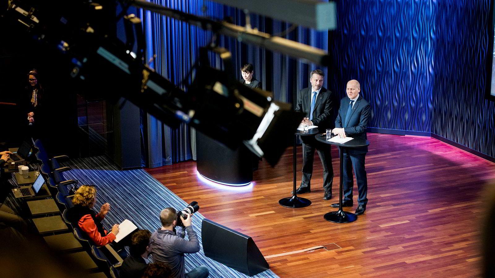 Mange av lederne under Telenor-sjef Sigve Brekke har kontrakter med begrenset varighet, gjerne tre år. Ifølge selskapet er dette for å sikre rullering. Her fra en kvartalspresentasjon tidligere i år med finansdirektør Jørgen C. Arentz Rostrup (til venstre), Telenor-sjef Sigve Brekke og Skandinavia-sjef Berit Svendsen på første rad i salen.