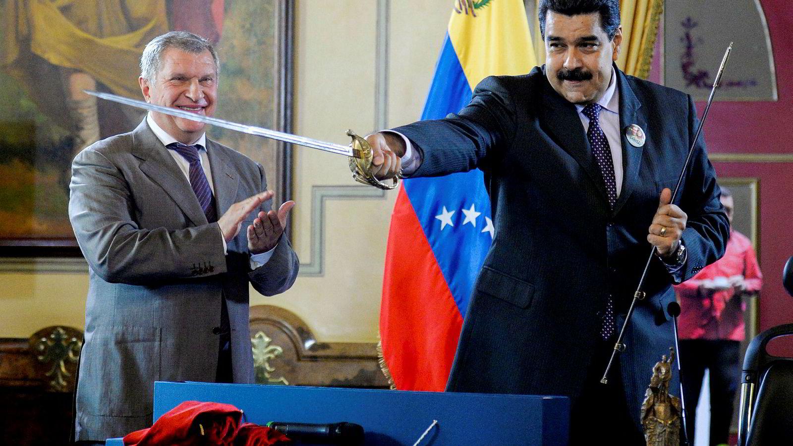 Venezuelas opposisjonsleder, Juan Guaidó, vil ikke utelukke muligheten for at han sier ja til en amerikansk intervensjon for å presse president Nicolás Maduro (til høyre) fra makten. Her fra et møte Maduro hadde med sjefen i det russiske oljeselskapet Rosneft, Igor Sechin, i 2016. Sechin ga Maduro et sverd.
