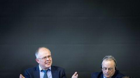 Varsler Howard Wilkinson (til venstre) møtte politikere i Folketinget i København mandag, og kom med krass kritikk av Danske Bank. Sammen med advokat Stephen M. Kohn mener han banker forsøker å holde tilbake varslerens opplysninger.
