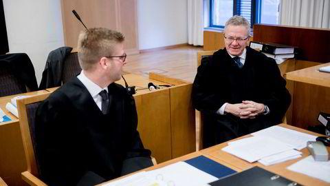 Advokat Steinar Mageli (til høyre) fører saken mot DNB for Forbrukerrådet som startet mandag, sammen med advokat Jens Henrik Lien.