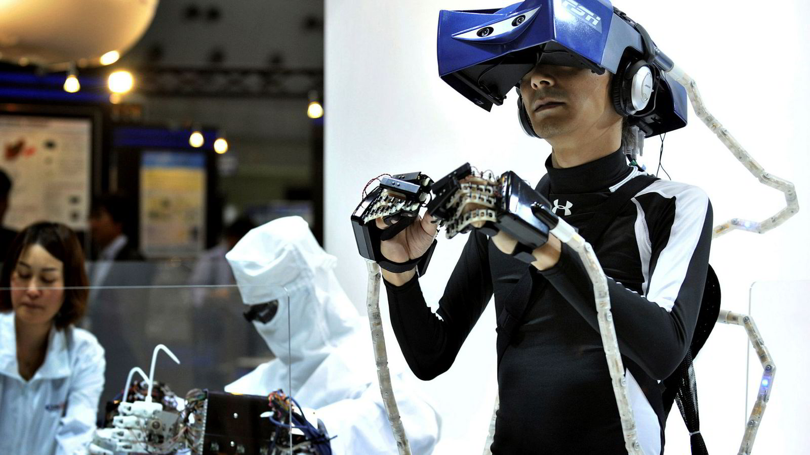 Mulighet til fjernstyring av roboter åpner for at arbeidsplasser kan flyttes langt unna selve roboten, til land hvor arbeidskraften er langt billigere.