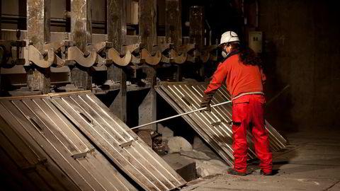En arbeider i sving ved Hydros anlegg på Karmøy, hvor den største enheten er anlegget for produksjon av primæraluminium, eller flytende aluminium.
