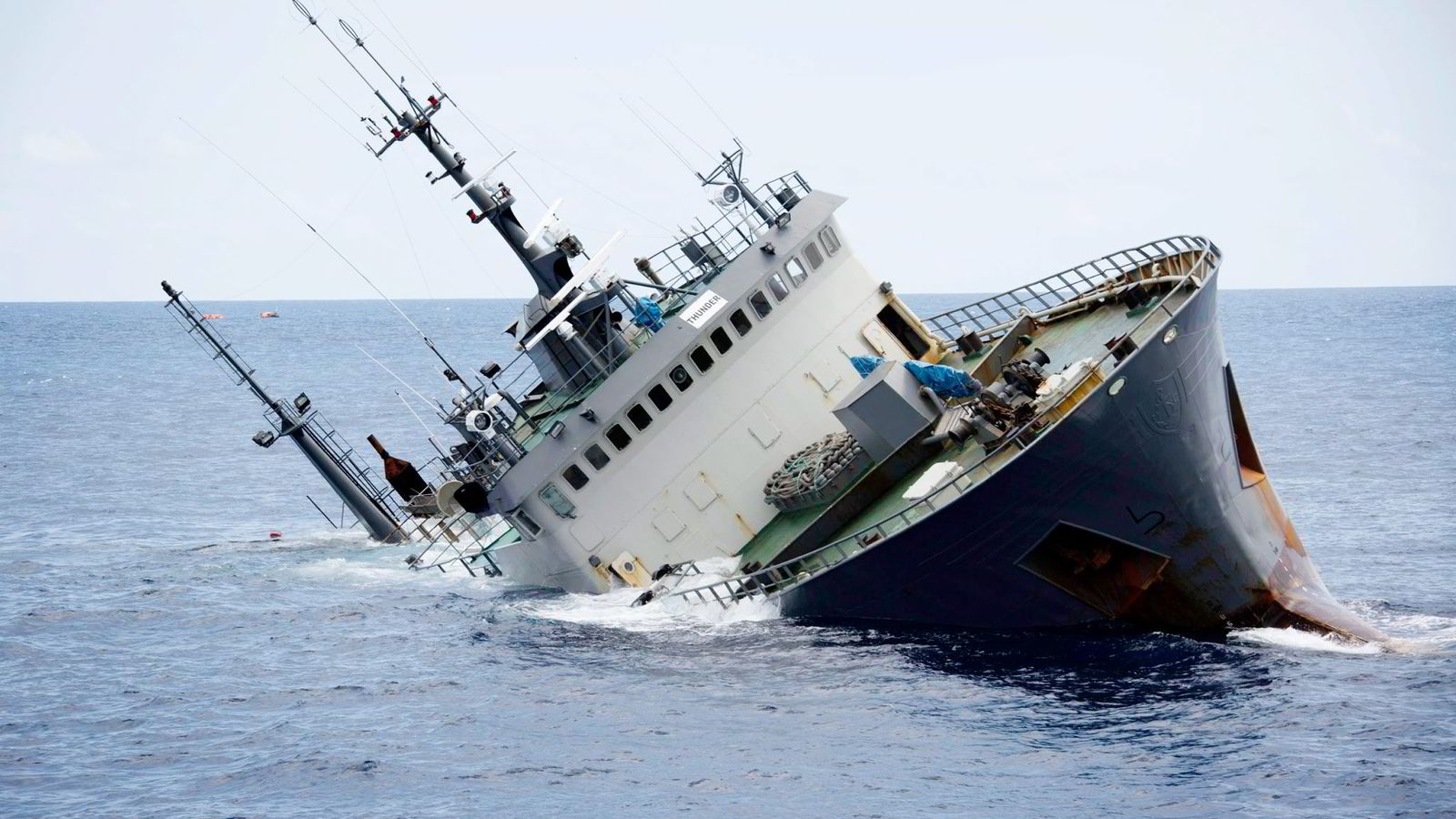 Klokken 13.52 igår forsvant «Thunder» under havoverflaten og begynte den lange veien ned til 3800 meters dyp. Det Interpol-etterlyste skipet sank i blikkstille vær i Guineabukten.