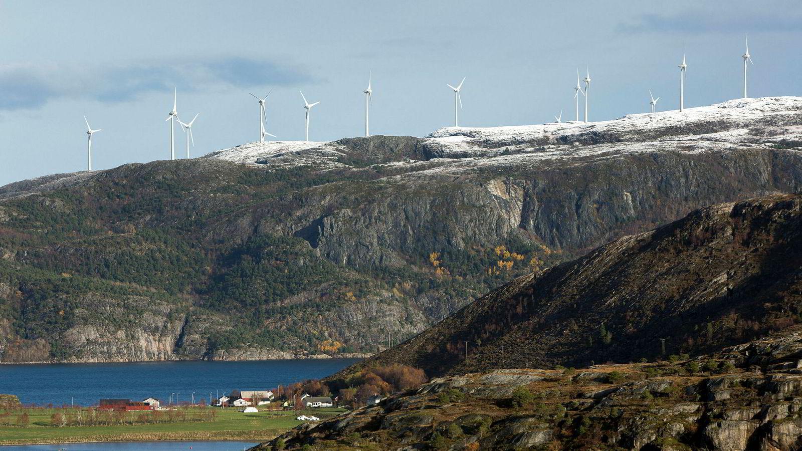 Bessakerfjellet vindmøllepark i Roan i Trøndelag får mye mindre tilskudd fra forbrukerne enn beregnet. Samtidig ble utbyggingen billigere.
