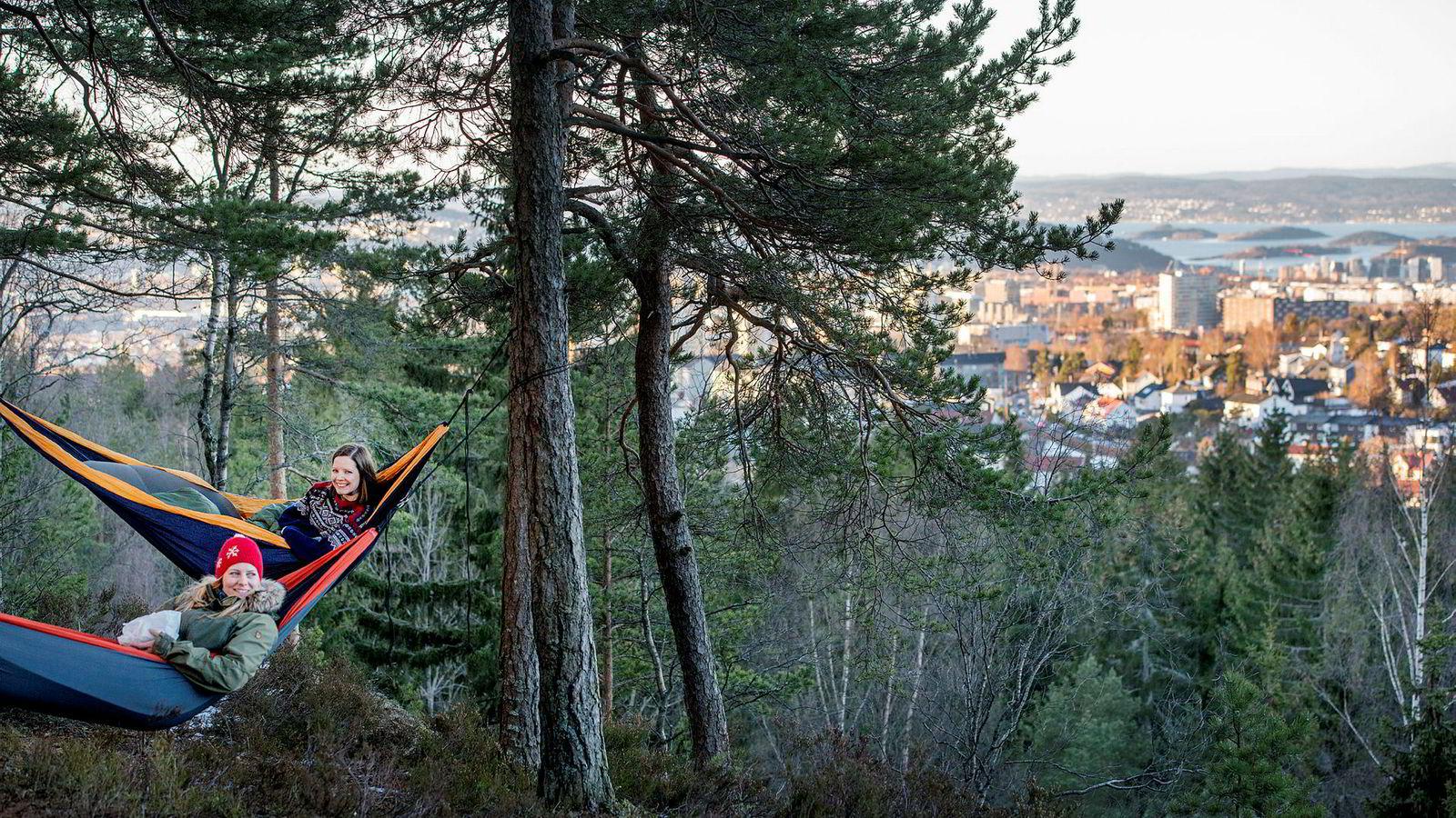 Søstrene Stine og Hege Schultz Heireng har fått mye oppmerksomhet for prosjektet der de gjennomførte 52 turer i løpet av 52 uker i fjor. Over halvparten var korte turer i nærområdet, her på Årvollåsen i Oslo.
