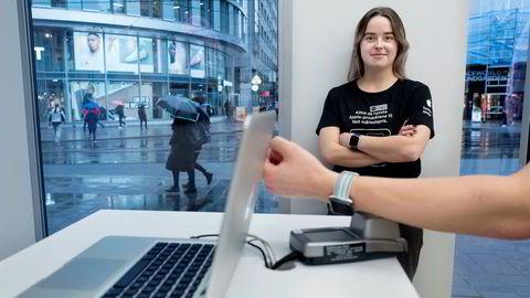 Trude Fjeld er assisterende butikksjef i Eplehuset i Storgaten og vant til kunder som er frempå innen teknologi. Antallet kunder som betaler med Apple Pay er økende, men fortsatt beskjedent.