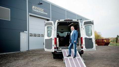 – Vi har hittil i år levert innredning av 53 minibusser til Oslo Taxibuss, sier daglig leder og eier Jan-Erik Jensen i Rygge Varebilinnredning. Selskapet er gasellevinner i Østfold. Foto: Mikaela Berg