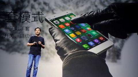 SMART: Xiaomis grunnlegger Lei Jun. På bildet under lanseringen av den nye modellen Xiaomi Phone 4 i Beijing i juli ifjor. Foto: Jason Lee/Reuters/NTB scanpix