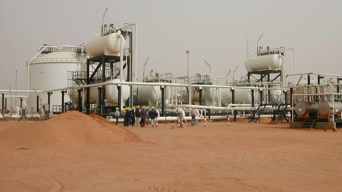 Etterspørselen etter olje kan nå nesten 100 millioner fat per dag i 2035. Bildet er  fra et oljefelt i Libya.