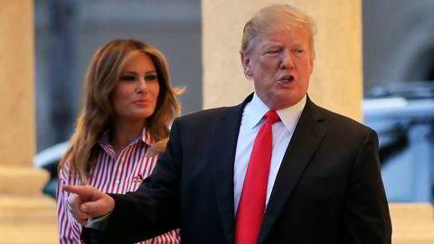 President Donald Trump har invitert en rekke gjester til å overvære hans tale til nasjonen tirsdag. På bildet ankommer han Trump International Golf Club in West Palm Beach søndag sammen med sin kone Melania.
