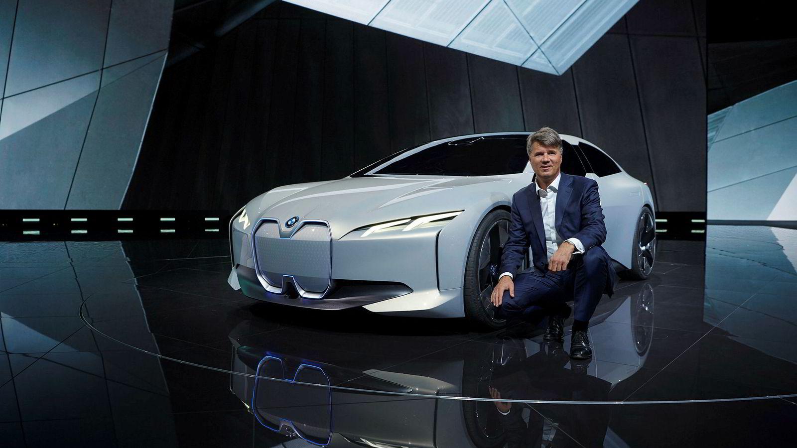 Harald Krüger, toppsjef for BMW foran den elektriske konseptbilen i Vision Dynamics. Bilen skal danne grunnlaget for neste modell ut i BMWs i-serie.