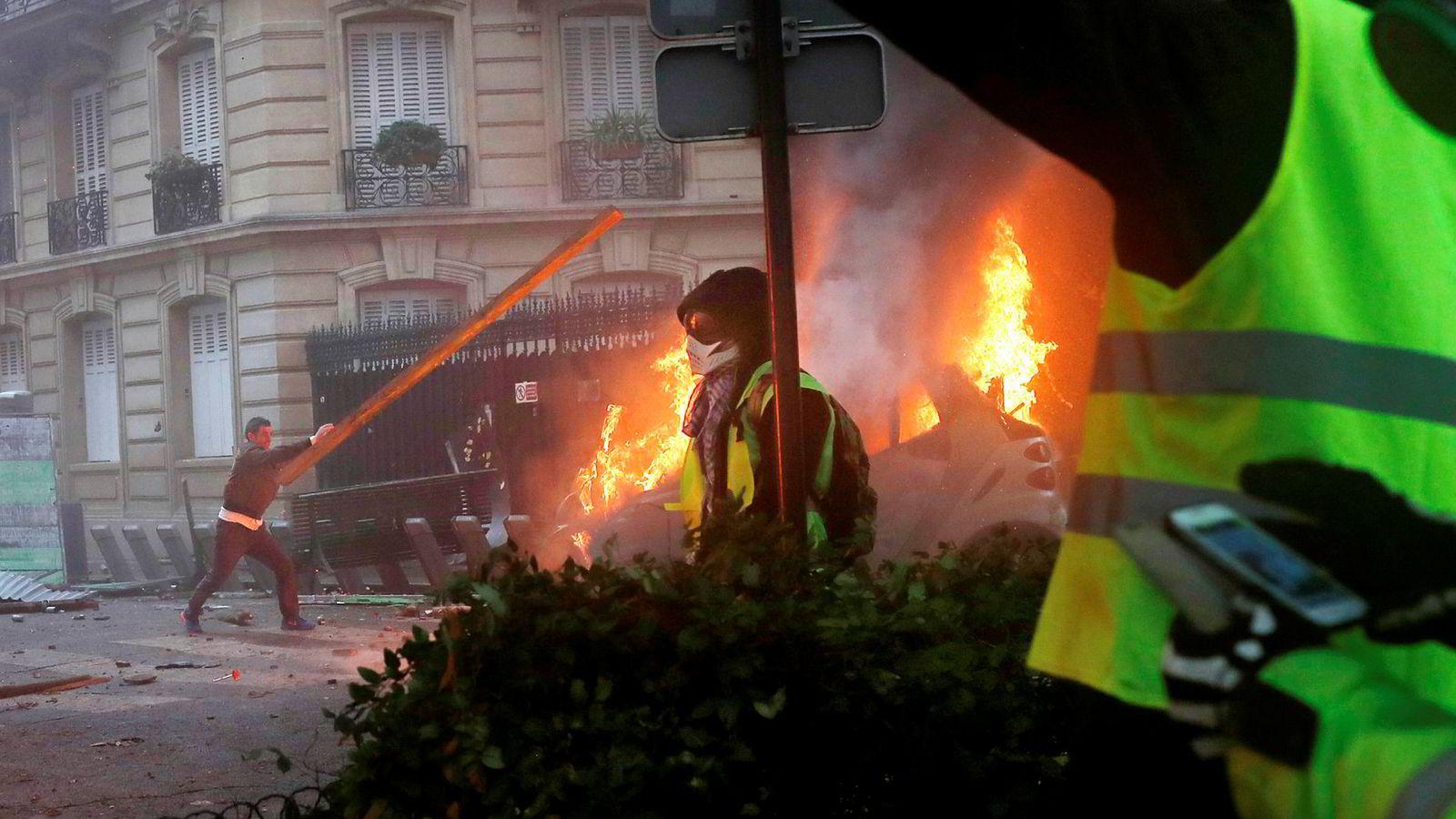 Voldsomme protester preget bybildet i Paris under årets første adventshelg.
