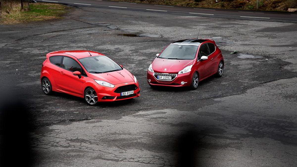 Kompakte ytre mål, relativt lav vekt og en hissig motor under panseret med et kjørevennlig understell. Fiesta ST og 208 GTI er to gode representanter for slikt.