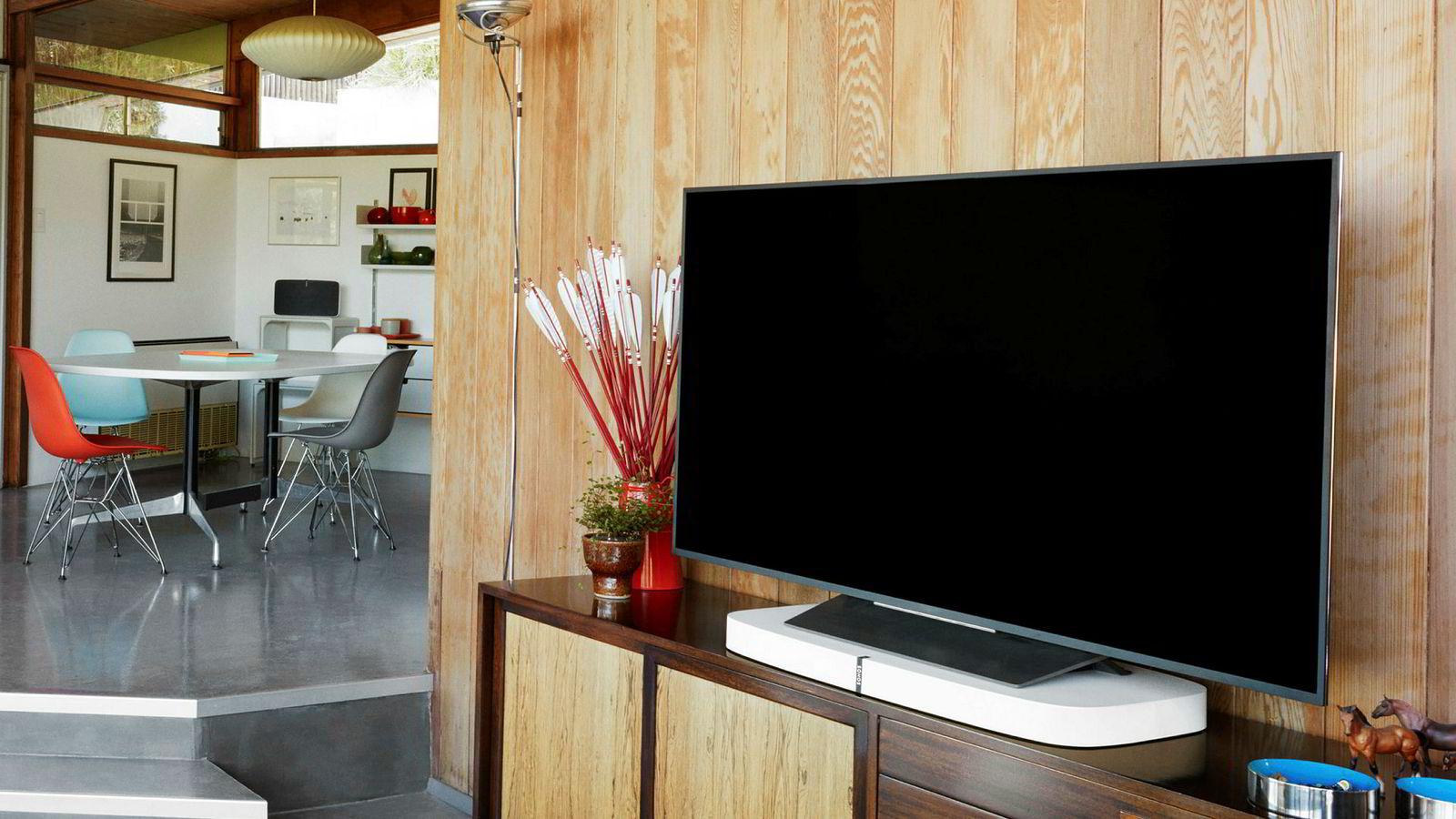 Smarte tv-er, høyttalere og annet utstyr blir ikke overvåket like strengt personvernmessig som nettlesere og apper. Eksperter vil holde bransjen ansvarlig.
