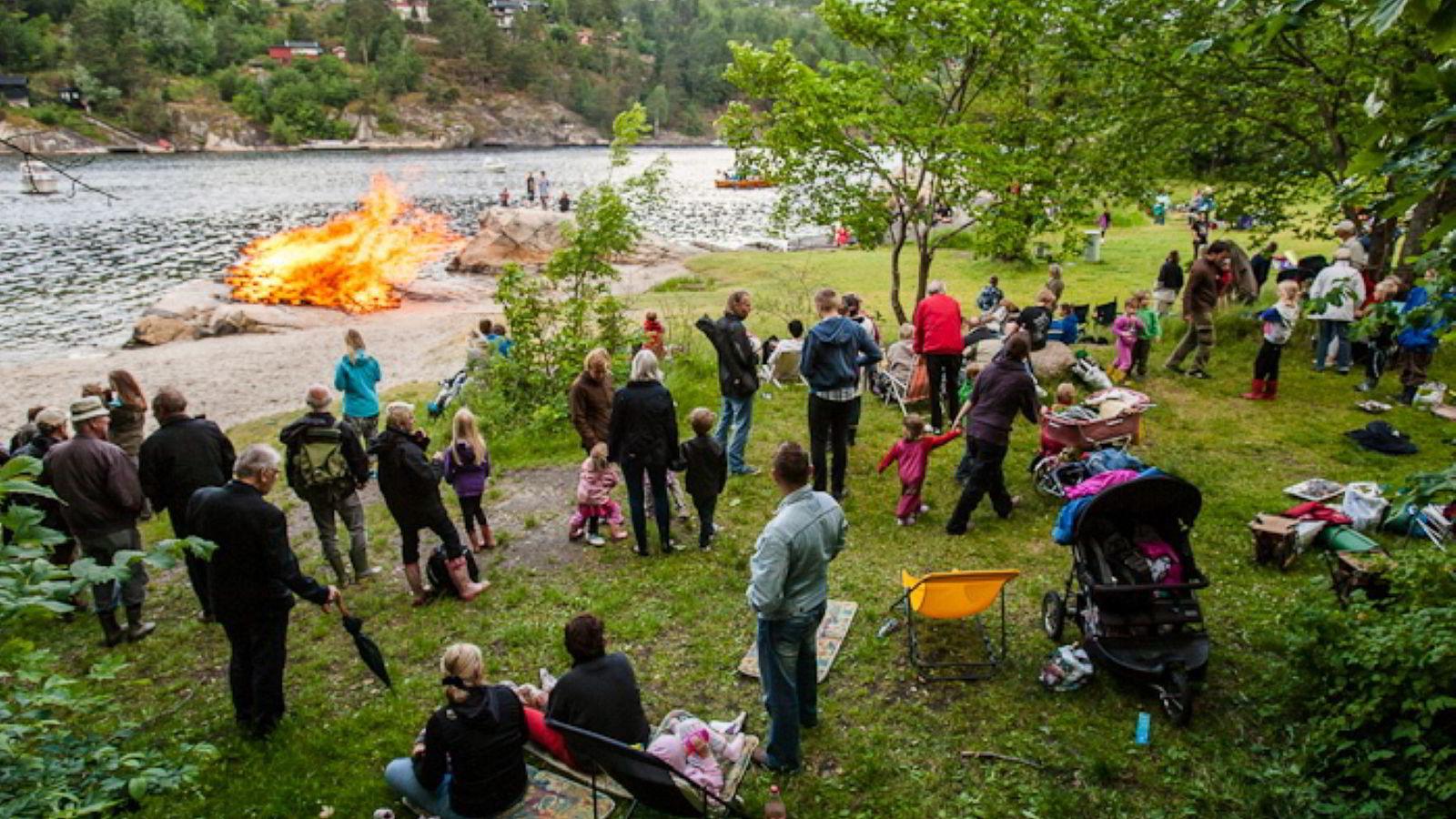 Ås kommune i Akershus får egen fattigdomskonsulent. Bildet viser en St. Hansfeiring på Breivoll i Ås. Foto: Audun Braastad /