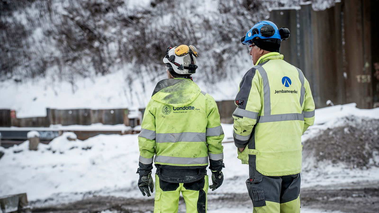 Bygningsarbeidere fra Condotte i sving på byggeplassen der Follobanen skal gå fra Oslo S inn under Ekebergåsen. Condotte fikk senere økonomiske problemer, noe som førte til at Bane NOR avsluttet avtalen.