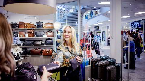– I gjennomsnitt betaler våre kunder mellom 800 og 900 kroner for vesker, sier medeier og daglig leder Hanne Næss Kynningsrud i Næss Since 1955 as. Foto: Javad Parsa
