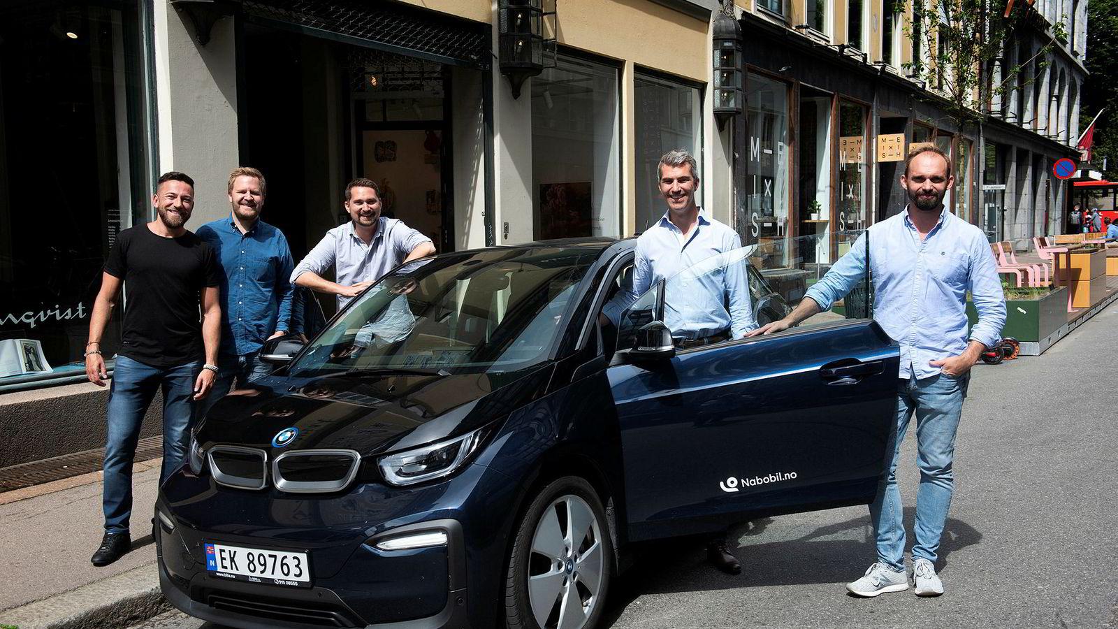 Sam Zaid (til venstre) er den nye eieren av Nabobil. Her er han sammen med daglig leder Even Tangen-Heggernes og de tre gründerne Karl Munthe-Kaas, Jacob Tveraabak og Christian Persson Hager.