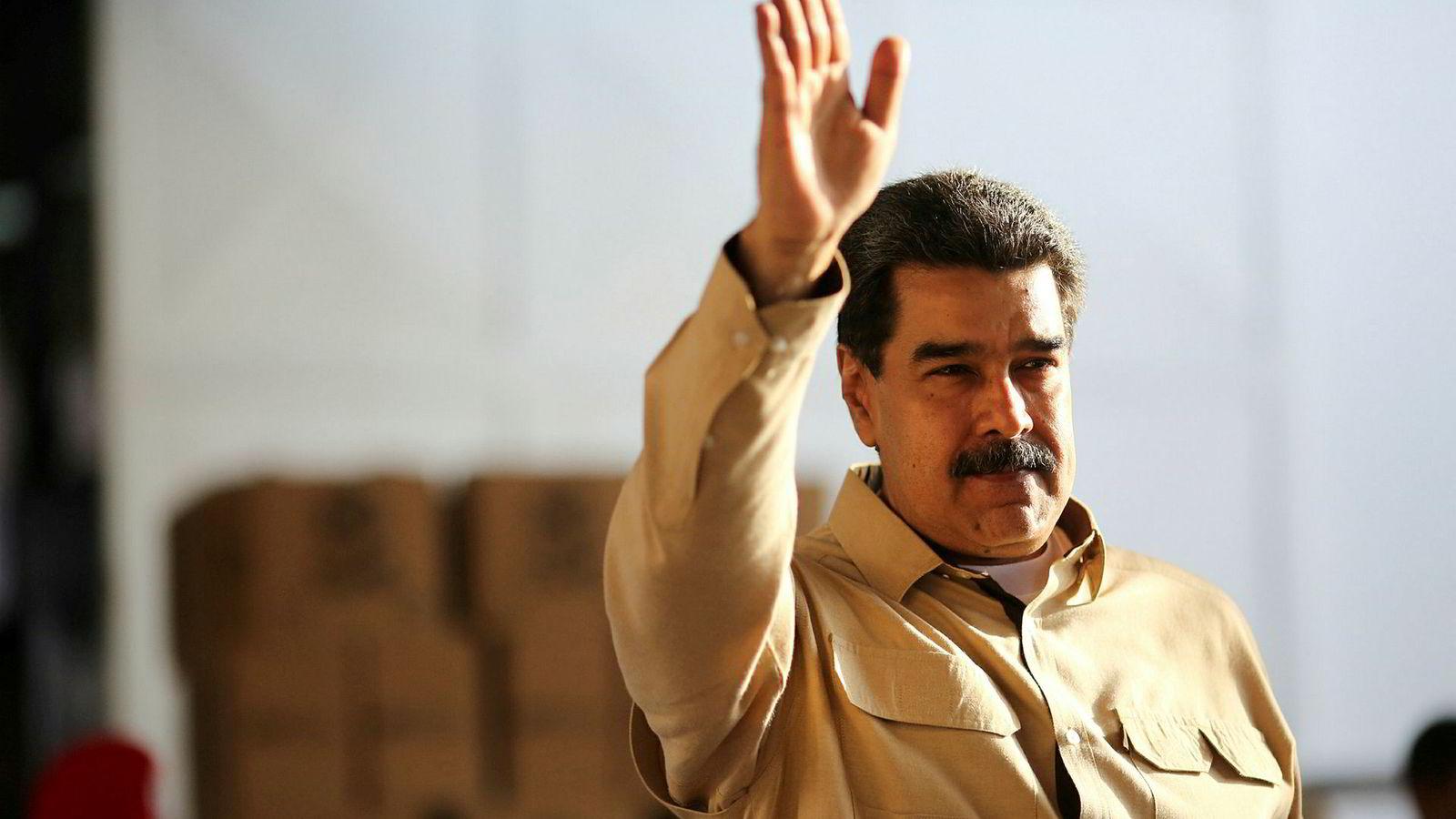 Venezuelas president Nicolás Maduro sparker elektrisitetsministeren.