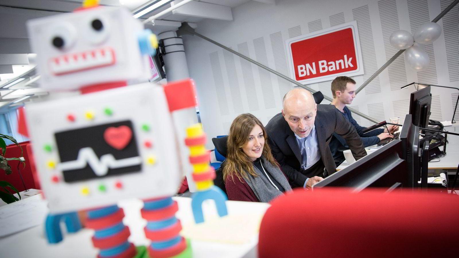 BN Bank-direktør Gunnar Hovland (i midten) er, i motsetning til mange norske ledere, positiv til robotenes inntog. Her i bankens lokaler i Trondheim sammen med kundekonsulentene Rita Danielsen (35) og Bernt Oskar Bugge (27).