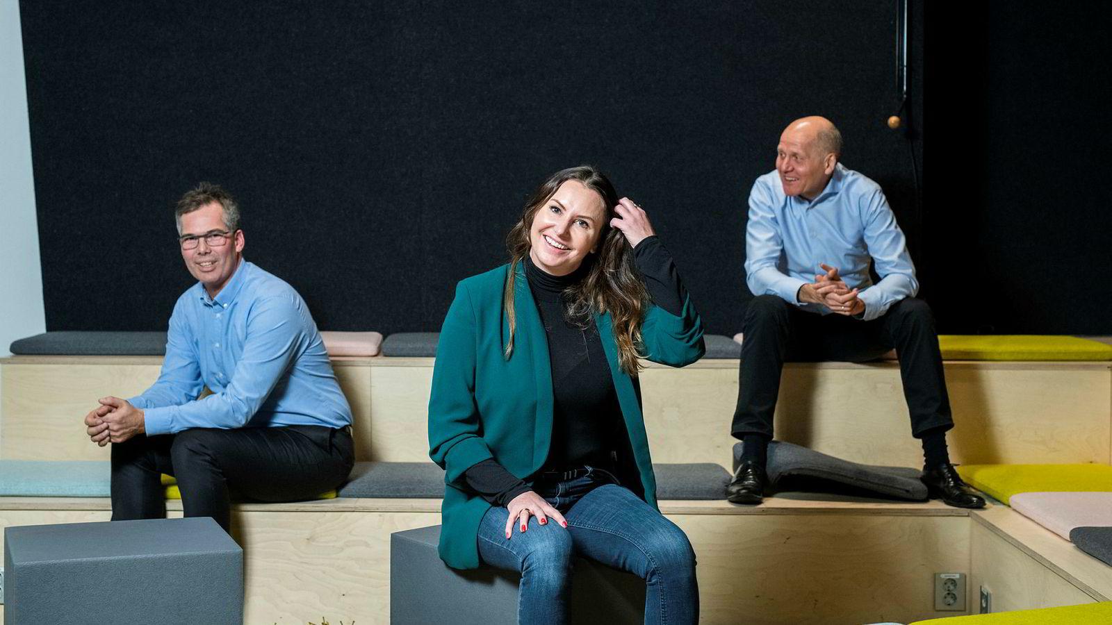 Fra venstre: Anders Gøbel i EY, She-grunnlegger Heidi Aven og konsernsjef i Telenor Sigve Brekke på konferansen She Future 13. november.