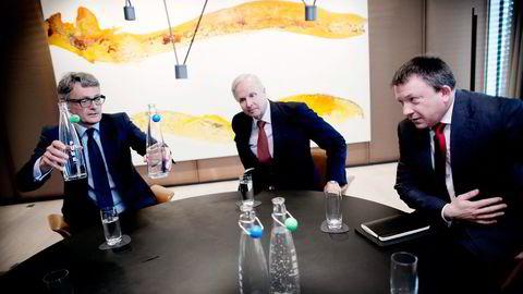 BPs konsernsjef Bob Dudley (i midten) roser Kjell Inge Røkkes involvering i fusjonen mellom BPs norske virksomhet og Det norske. Aker-sjef Øyvind Eriksen (til venstre) serverer vann etter signeringen. Til høyre  Karl Johnny Hersvik i Det Norske. Foto: Ida von Hanno Bast