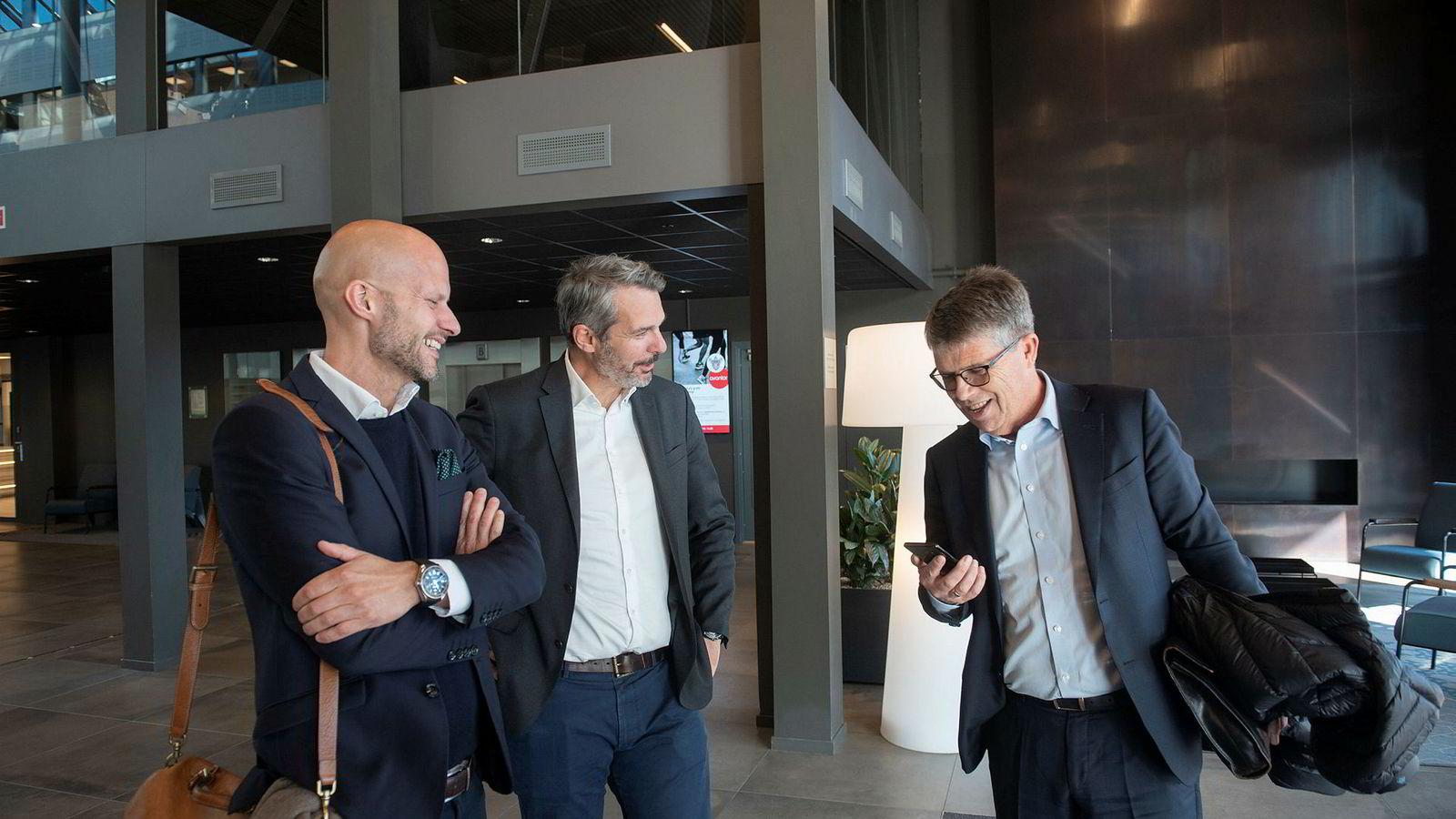 Medinvestor i Nortel, Leif-Arne Langøy (til høyre), sier han fortsatt er Telenor-kunde. – Vi har et sim-kort klart til deg, sier gründer Christian Pritchard (til venstre). I midten står salgssjef Kristian Renaas, tidligere leder for bedriftsmarkedet i Telia.