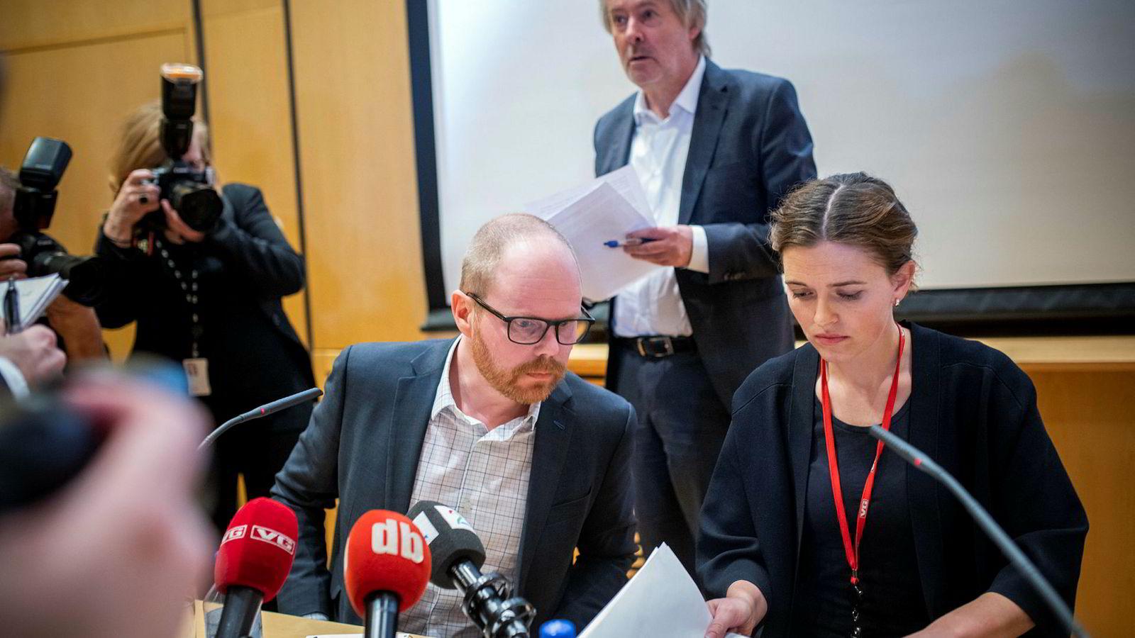 VG-redaktør Gard Steiro og nyhertsredaktør Tora Bakke Håndlykken og styrelder Torry Pedersen på pressekonferansen i mars. VG-ledelsens beklaget til leserne, Trond Giske og kvinnen i dansevideoen.