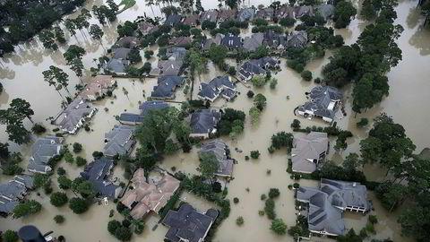 Det har vært ekstremflom i områdene rundt storbyen Houston på grunn av store nedbørsmengder fra ekstremværet Harvey. Bildet viser oversvømte boliger nær Lake Houston.