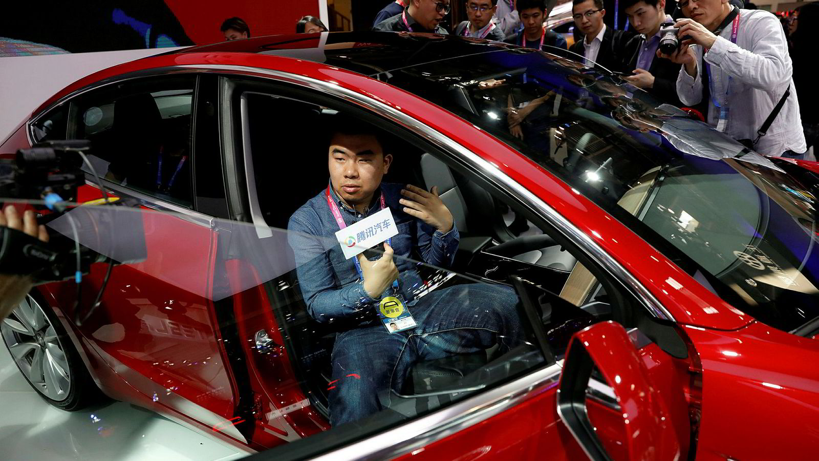 Tesla er i ferd med å bygge en stor fabrikk i Kina for asiatiske markeder. Selskapets biler blir neppe å se i Singapore. Her fra bilutstillingen Auto China i Beijing.