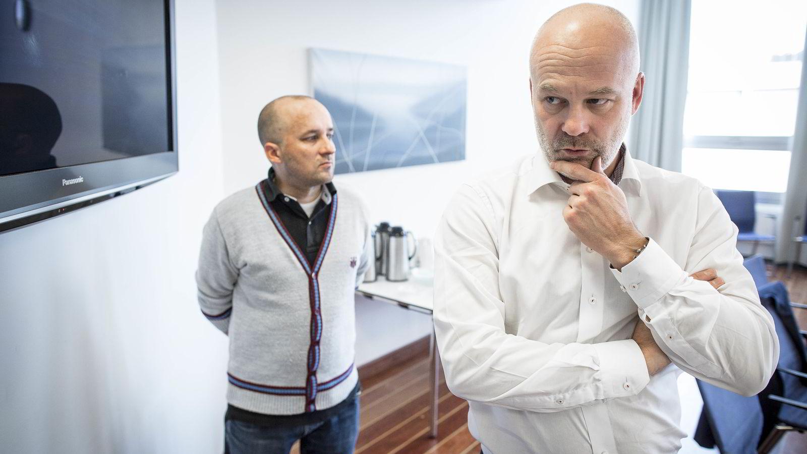 Kringkastingssjef Thor Gjermund Eriksen måtte torsdag forklare for Kringkastingsrådet hvorfor NRK taper seere i alle aldersgrupper alle dager i uken. Bak: Analysesjef Kristian Tolonen i NRK.