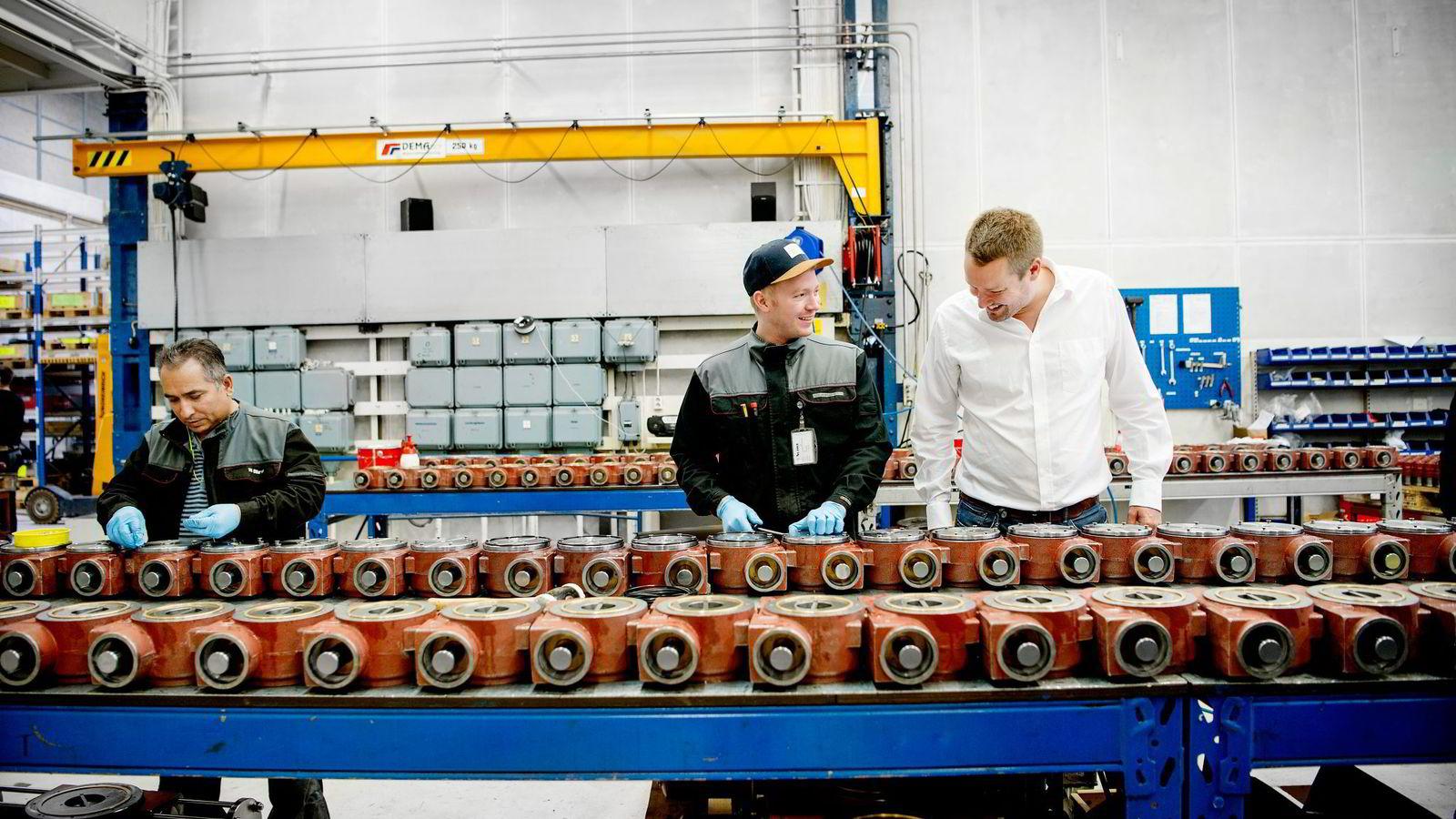 Administrerende direktør Tony André Håvelsrud (til høyre) i Scana Skarpenord utnytter rimelig norsk ingeniørkompetanse til å skape et nytt industrieventyr på Rjukan. Her snakker han med Christer A. Hansen. Til venstre, Orhan Minushi.                Alle foto: Mikaela Berg